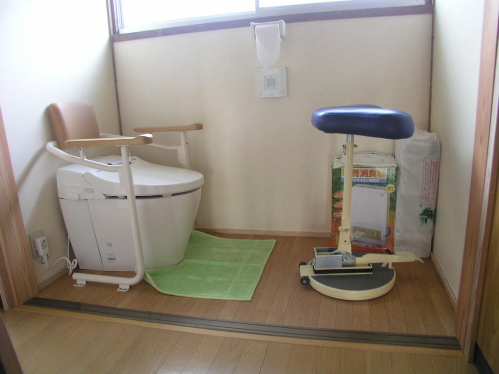 こまわり君で便器に移乗、車椅子やベッドからの移乗に便利なこまわり君