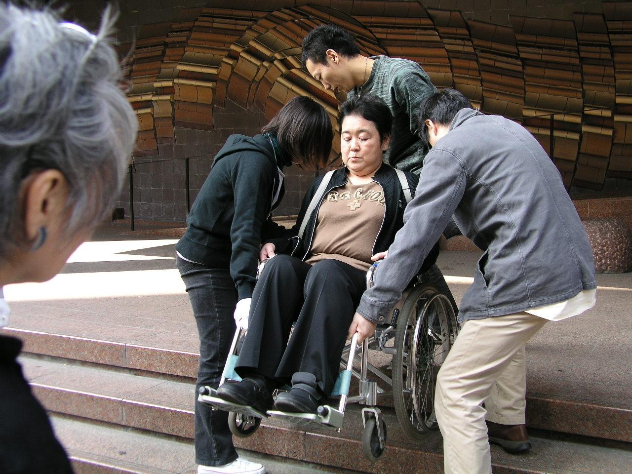 車椅子のかかえ方も