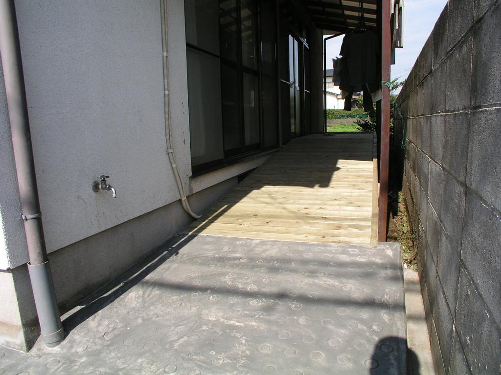 コンクリートと木スロープの取り合い