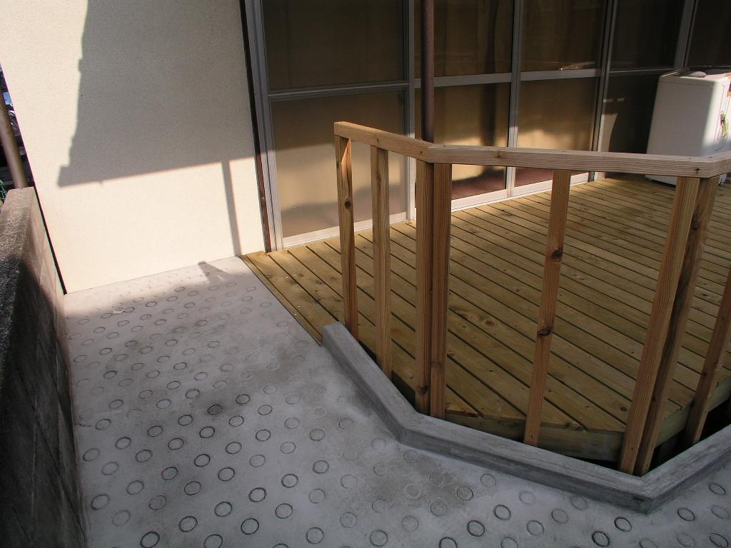 スロープの仕上げは箒引きでは砂が浮きやすいので、金鏝仕上げ、滑り止め型ぬき仕上げ