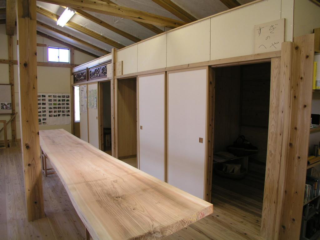 二階の勉強スペース、珪藻土・クロス・樅・杉の仕上げ材の体感の部屋