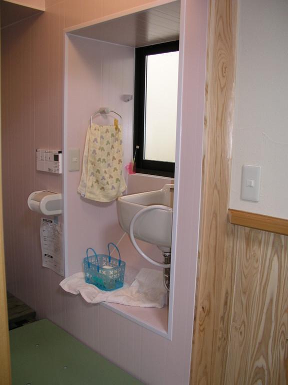 洗濯流しも付いてるトイレ、小物が洗える、お湯の配管も完備