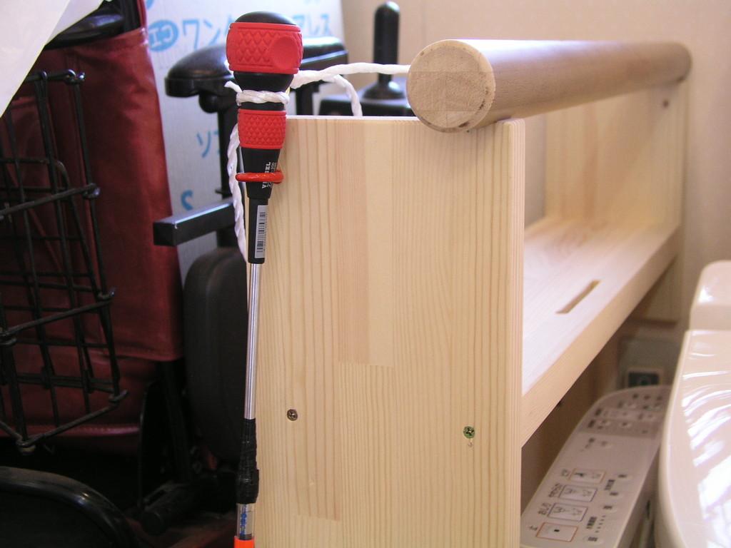 スイッチ作動補助棒、握り具合と長さが、市販のねじ回しで代用できそう、落とした時の用心の紐