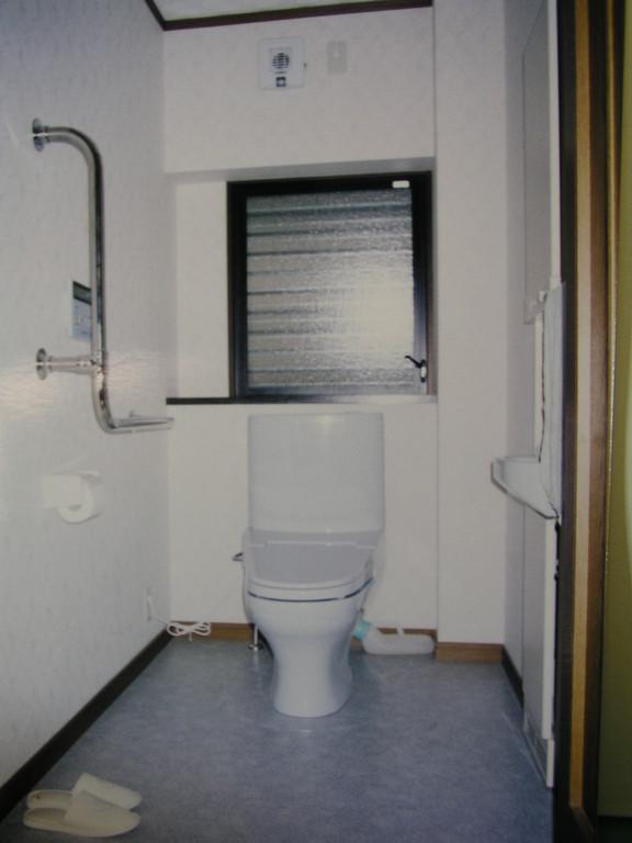 介助者の方の位置も確保、壁に暖房機を埋め込んである、温度も考える必要がある