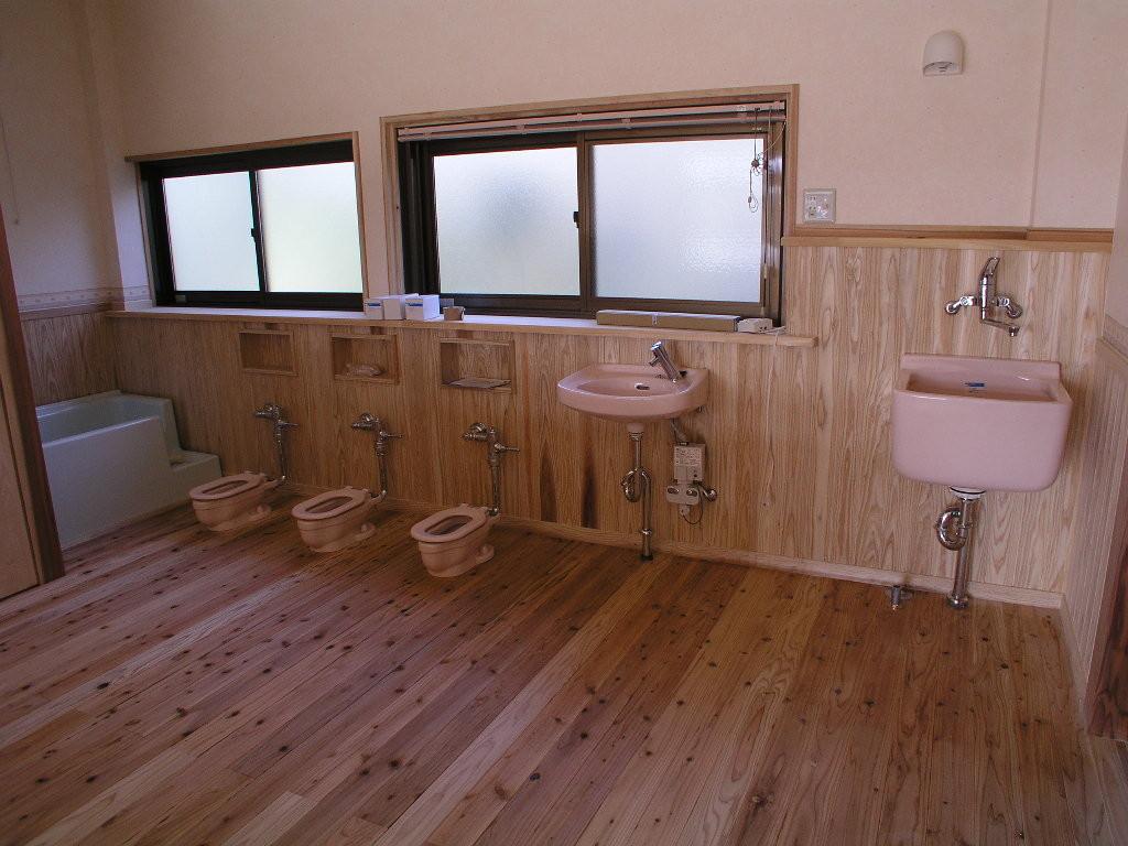 保育園のトイレ(床暖房)新建材のような冷たさがない