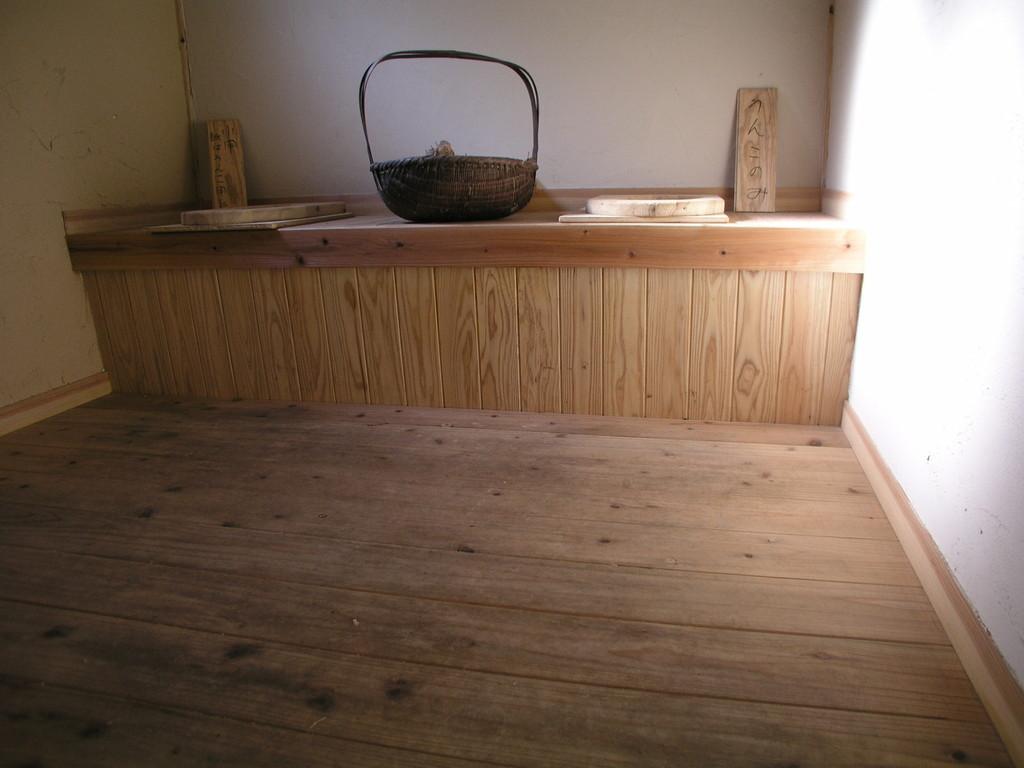 コンポストトイレ、ほっと一息、壁は珪藻土仕上げ
