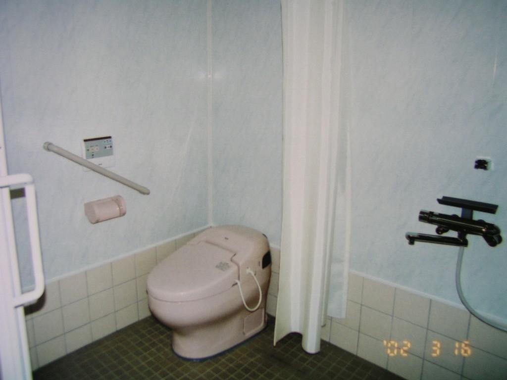 シャワーブースにトイレ