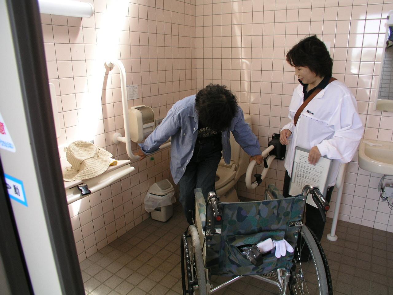 トイレの使い方、介助の仕方も勉強中、ウンと頑張って