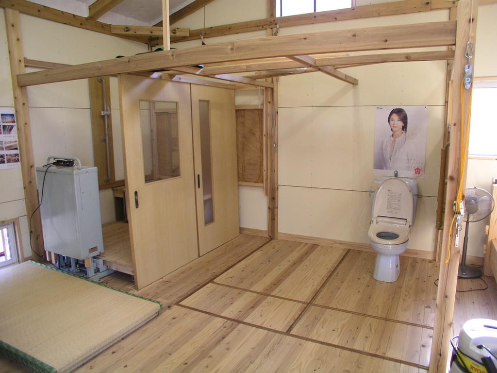 便所の壁下地を補強することで後付の器具、手すりが付けやすい
