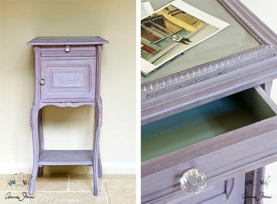 Man sieht auf dem Photo einen kleinen Nachttisch der mit der Kreidefarbe Annie Sloan Chalkpaint im Farbton Emile gestrichen wurde