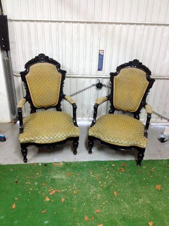 man sieht zwei nebeneinander stehende antike Sessel, die von Nouvelle-Antique verkauft werden.