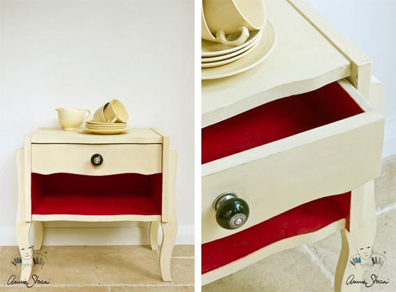 Man sieht auf dem Bild ein kleines Möbelstück, das mit der Kreidefarbe Annie Sloan Chalkpaint im Farbton Cream gestrichen wurde