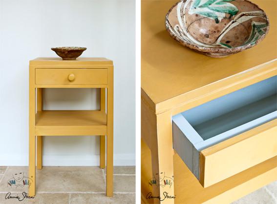 Man sieht auf dem Photo einen kleinen Nachttisch der mit der Kreidefarbe Annie Sloan Chalkpaint im Farbton Arles gestrichen wurde