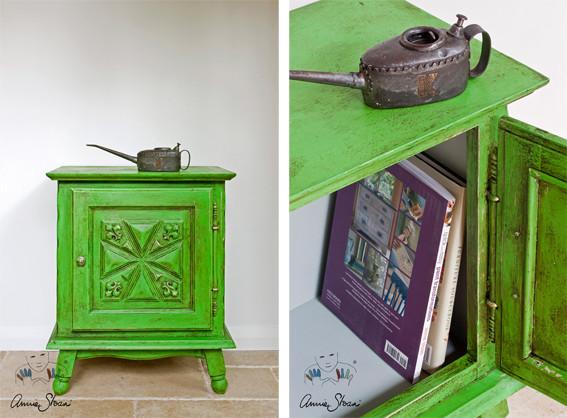 Das Photo zeigt eine klein Nachtkonsole, die mit der Kreidefarbe Annie Sloan Chalk Paint im Farbton Antibes Green gestrichen wurde.