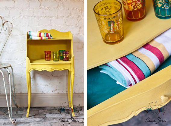 Man sieht auf dem Foto einen kleinen Schrank der mit der Kreidefarbe Annie Sloan Chalkpaint im Farbton English Yellow gestrichen wurde