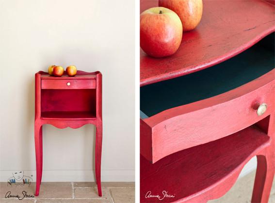 Das Photo zeigt ein kleines Möbelstück, das mit der Kreidefarbe Annie Sloan Chalkpaint im Farbton Emperor´s Silk gestrichen wurde