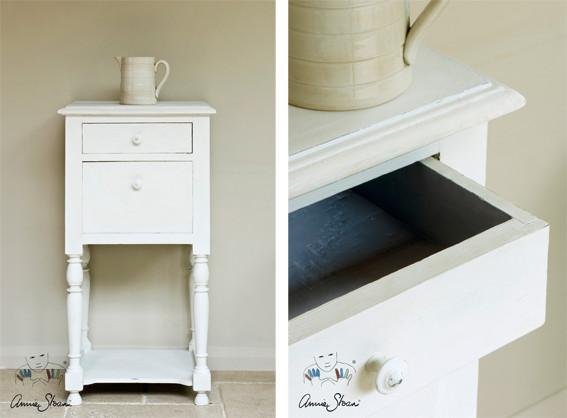 Das Bild zeigt einen Nachttisch, der mit der Kreidefarbe Annie Sloan Chalk Paint im Farbton Old White gestrichen wurde.