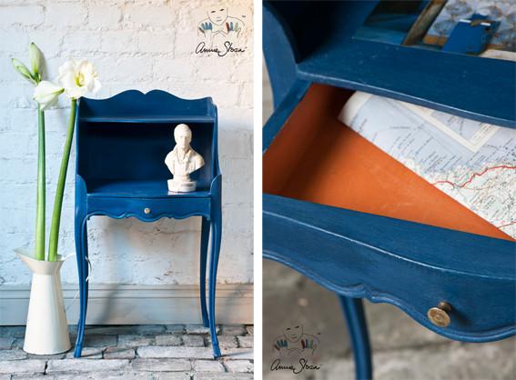 Das Foto zeigt einen Nachttisch, der mit der Kreidefarbe Annie Sloan Chalk Paint im Farbton Napoleonic Blue gestrichen wurde.