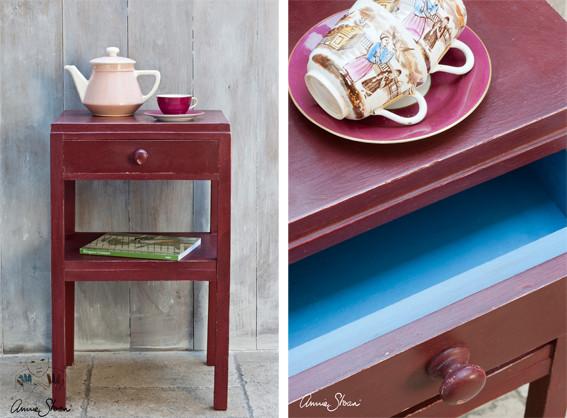 Das Photo zeigt ein kleines Nachttischchen, das mit der Kreidefarbe Annie Sloan Chalkpaint im Farbton Primer gestrichen wurde