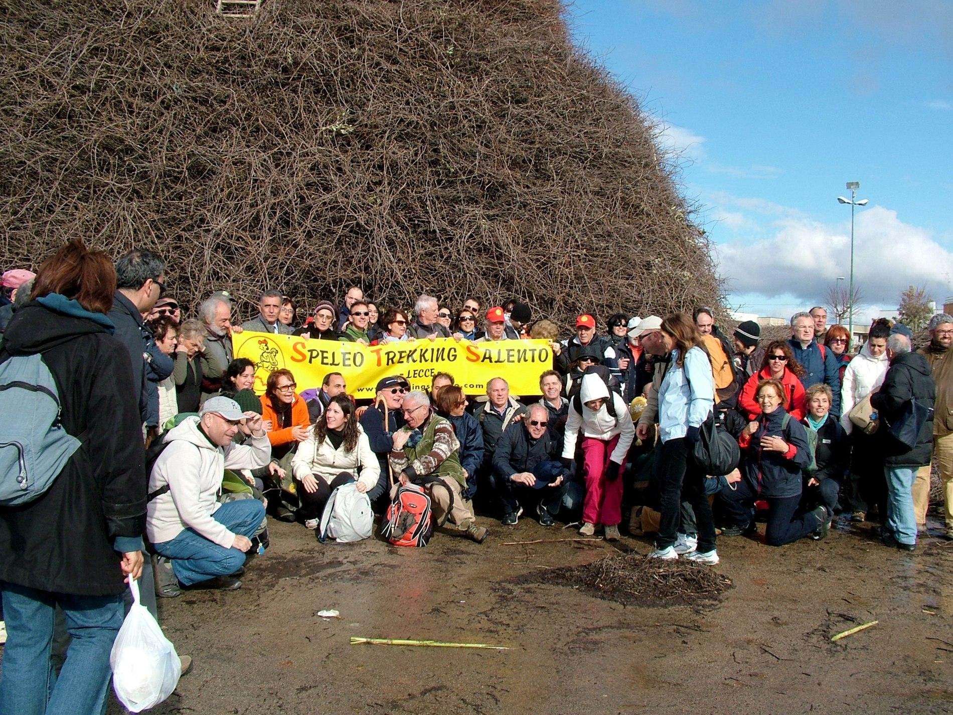 Gruppo al base della focara di Novoli  | Ezio Sarcinella