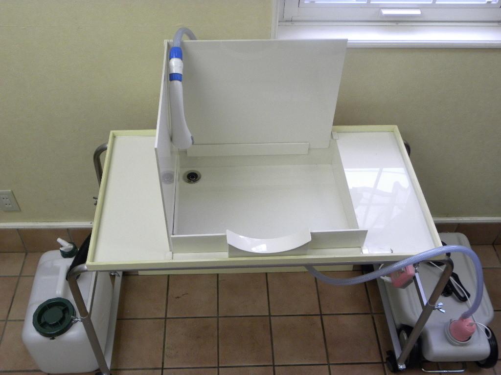シャワーノズル、排水タンク、給水タンクを取り付けた移動式テーブル洗面台