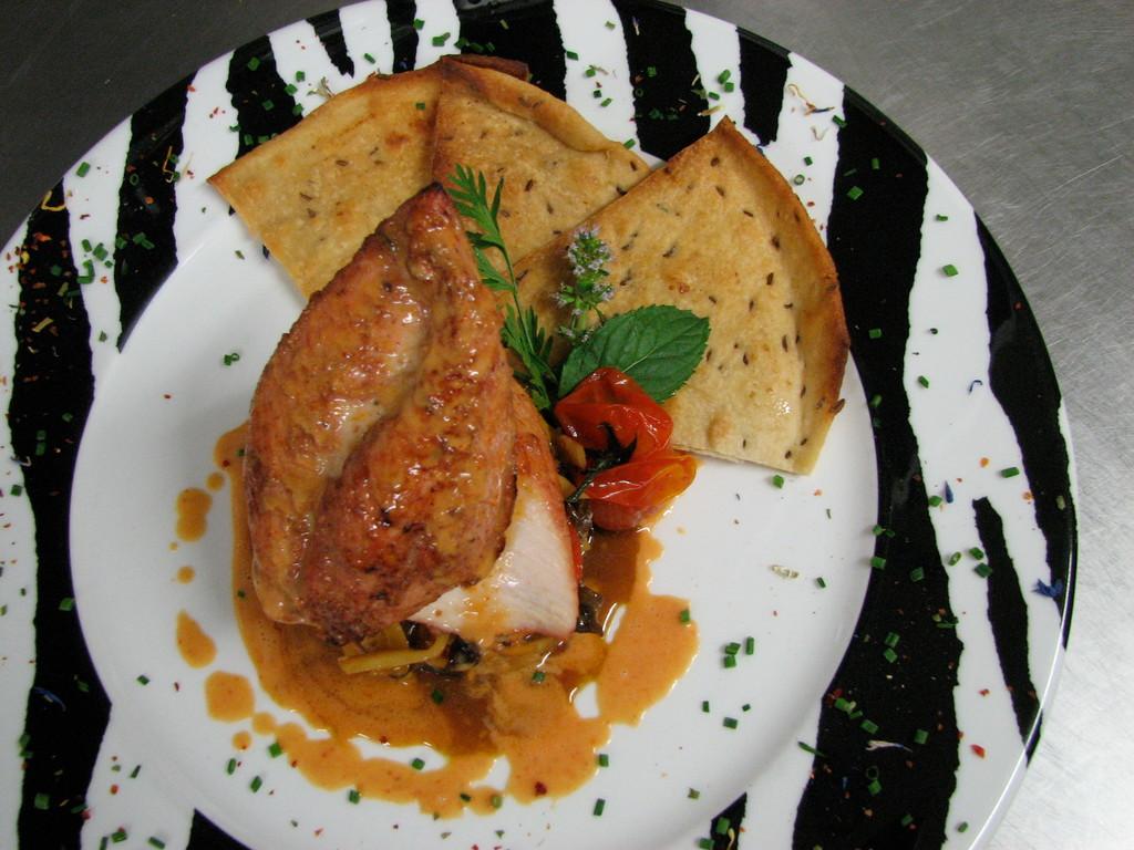 Tandoori-Chicken auf asiatischem Gemüsesalat mit Fladenbrot