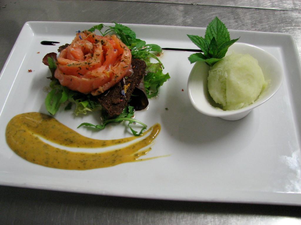 Hausgebeizter Lachs an Senf Dillsauce auf Pumpernickel, Apfel Meerettich Sorbes