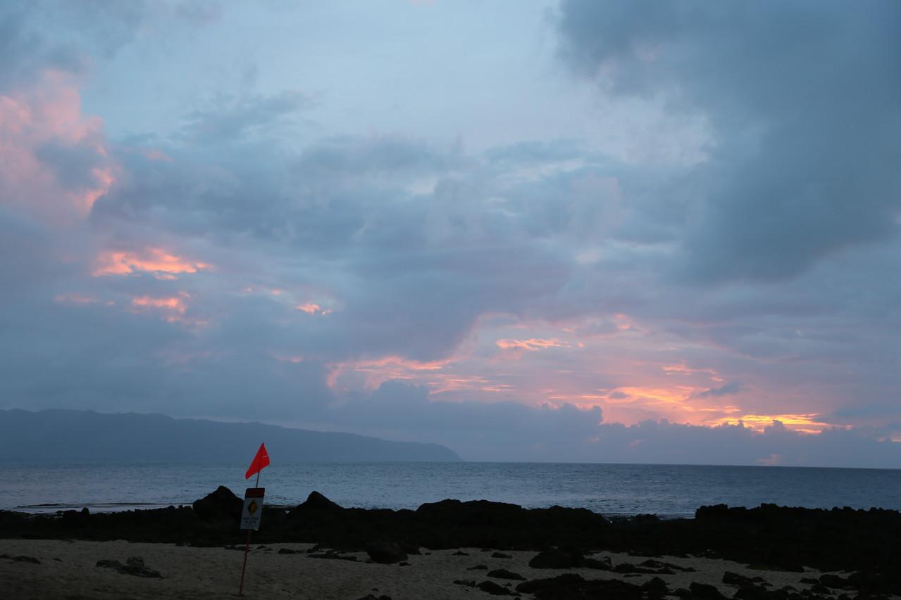 雨雲に隠れている夕陽
