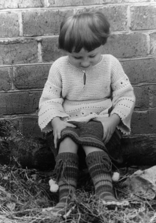 """il completto da bambina(gonna,camicetta,grembiule,""""stivaletti"""" (lana morbidissima)   SOLD"""