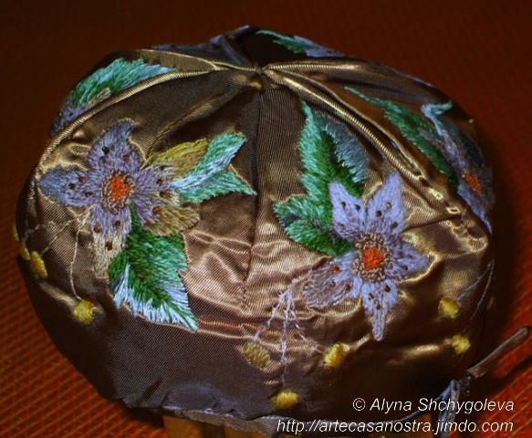 """dalla seria RASO (giacca,cappellino).""""Oro Verde"""":raso,wool,perline; embroidery,imbottito"""
