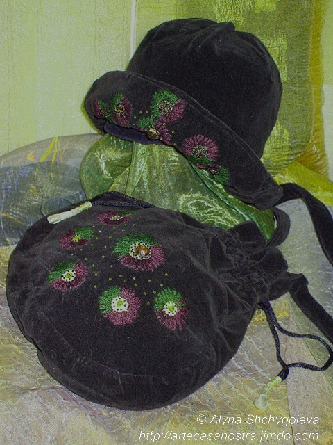 dalla seria VELLUTO (hat & bag), velluto,brocade, ricamo,strass,wool; embroidery  Proprietà d'autore