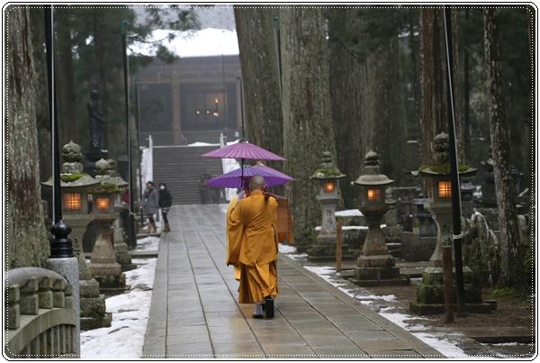 お大師様に生身供を運ぶ僧侶