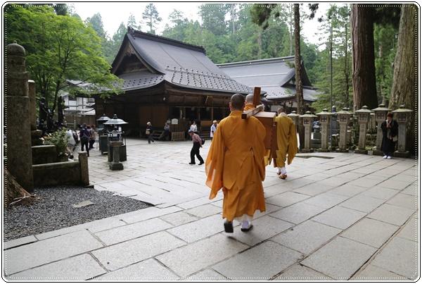 生お大師様に身供を運ぶ僧侶