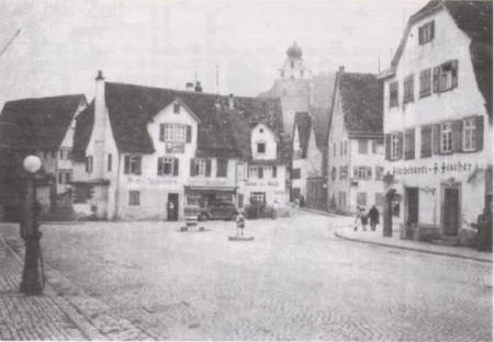 Der Sonnenplatz in den 30er Jahren - schon autogerecht mit Kreisverkehr und Zapfsäule
