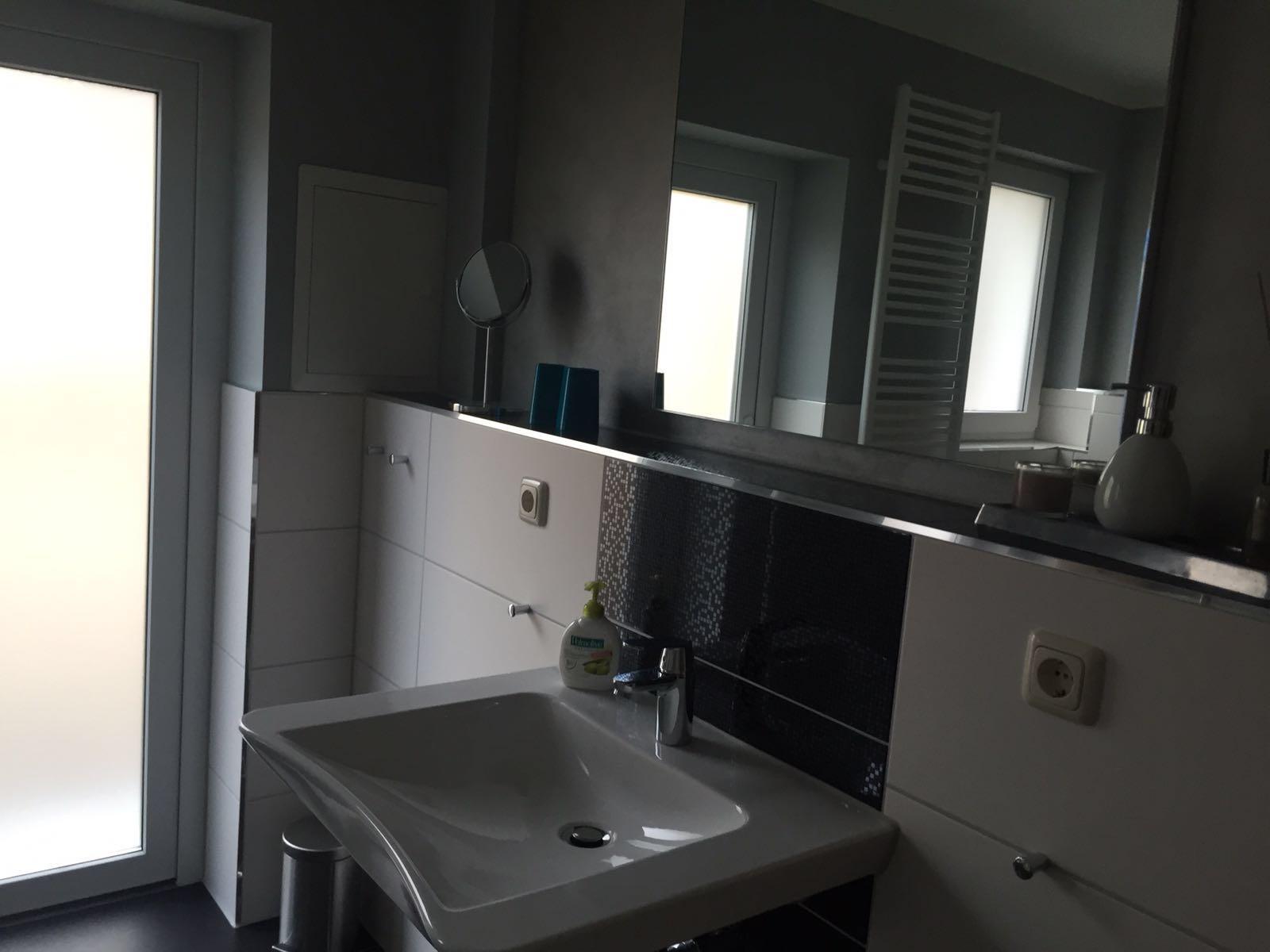 der Waschplatz mit großem, beleuchteten Spiegel