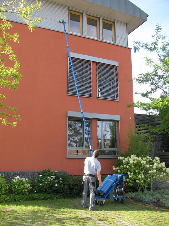 Reinigung von Fassadenteilen mit dem PURAQLEEN-SYSTEM
