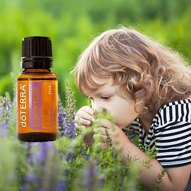 ドテラのラベンダーオイルとラベンダーの香りを嗅ぐ子ども