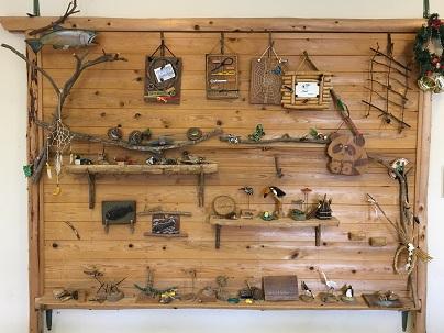 講座室に飾られた歴代のクラフト作品たち