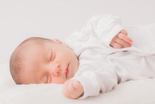 写真:耳つぼの起源を表す為の赤ちゃんの様子です。