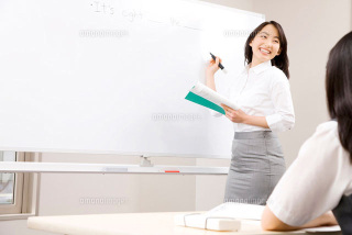 写真:講師がスクールで教えている様子です。