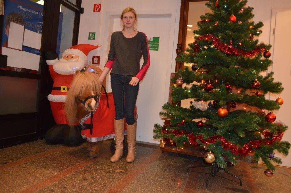 Berenice mit Weihnachtspferd Richy