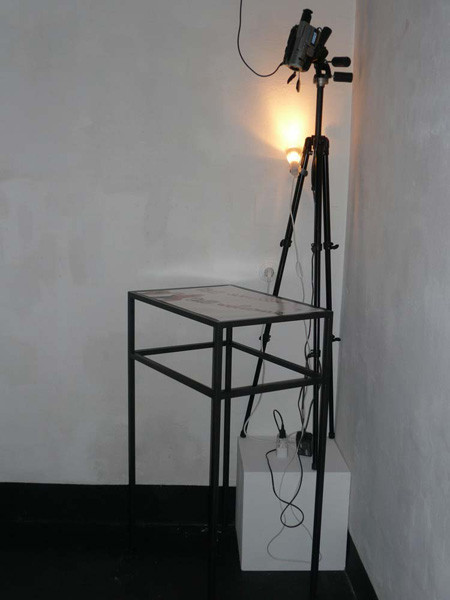 signs of contact, Tisch mit Live-Projektion, Metall, C-print hinter Akryl, Tischplatte: 42 x 60 cm, Tisch: 46,2 x 64,2 cm, 104,5cm, ICW und Morakot Ketklao 2008