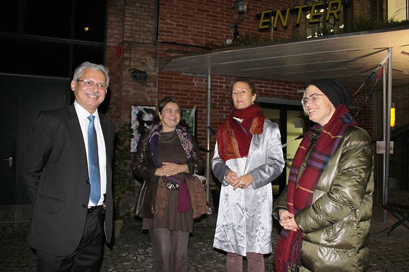 Botschafter Jaideep Mazumdar (Indische Botschaft in Wien); Gudrun Kaitna-Engel (Bildende Küsntlerin); ICW (Bildende Künstlerin); Mag.a Ursula Berner (Bezirksrätin)
