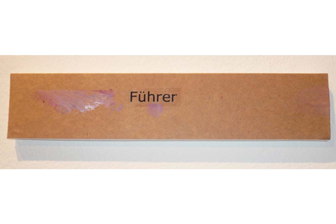 OK – Führer, Zeichnung auf Papier, mit Begriffen auf Klebeband und Papier, auf einer Platte befestigt, ICW und Leslie Fry, 2009