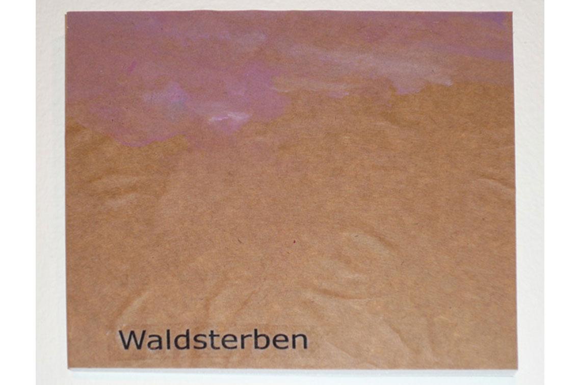 OK – Waldsterben, Zeichnung auf Papier, mit Begriffen auf Klebeband und Papier, auf einer Platte befestigt, ICW und Leslie Fry, 2009