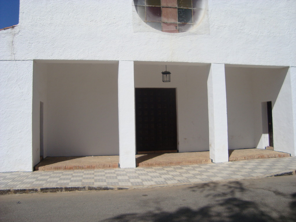 Fachada abierta en Pórtico Central de tres vanos