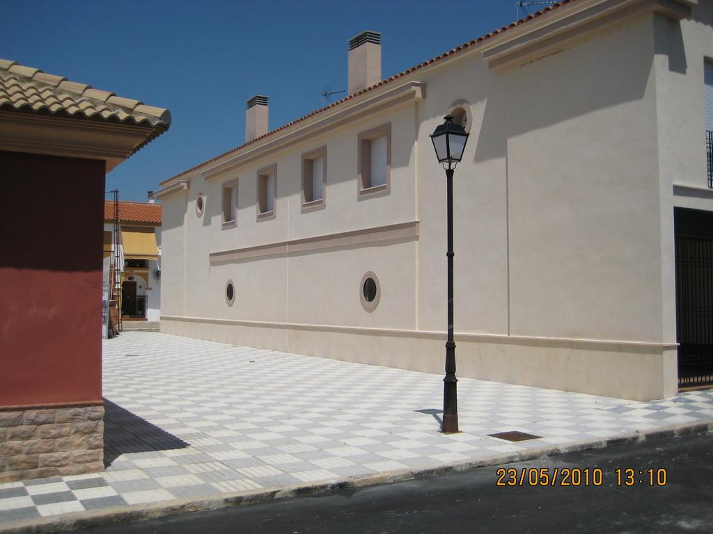 Fachada a Calle Peatonal (Viviendas en Mesas del Guadalora)