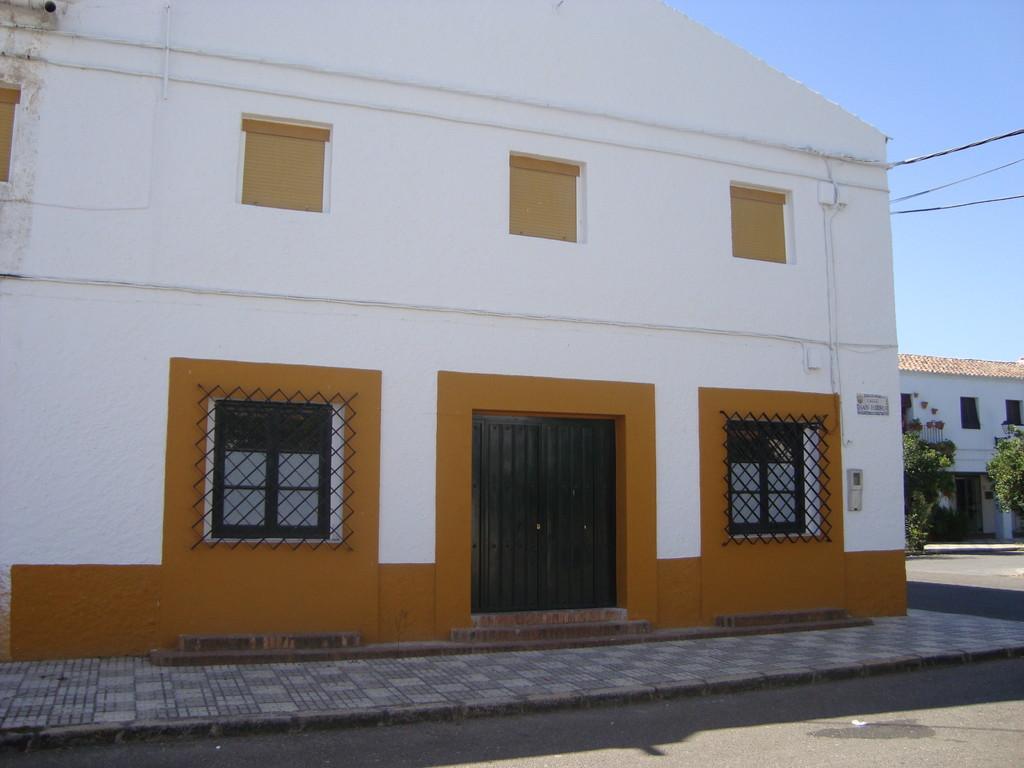 Fachada del Edificio de Usos Múltiples en la calle San Isidro