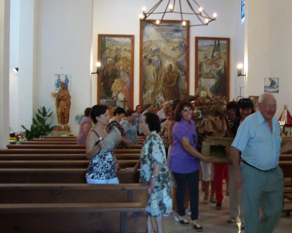 Las mujeres del pueblo sacando la imagen de la Virgen Reina