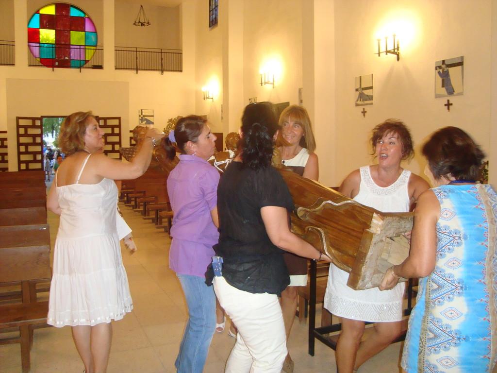 Las mujeres del pueblo portando la imagen hasta su altar